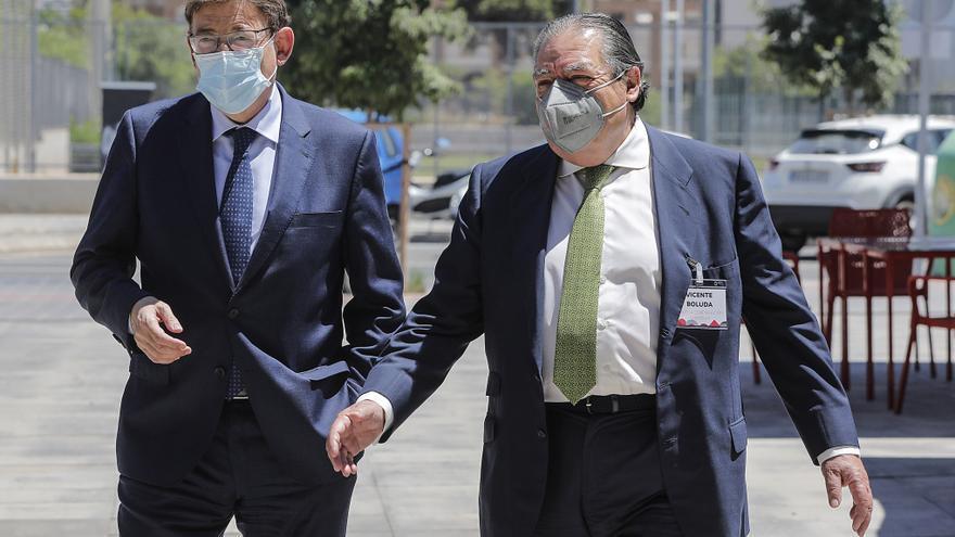 El president de la Generalitat, Ximo Puig (i) y el presidente de AVE, Vicente Boluda (d), a su llegada a la Asamblea General de la Asociación Valenciana de Empresarios (AVE)