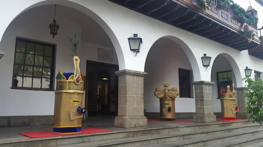 Los buzones de los Magos de Oriente en la fachada del Ayuntamiento son algunos de los elementos que conforman la decoración navideña aridanense esta Navidad.