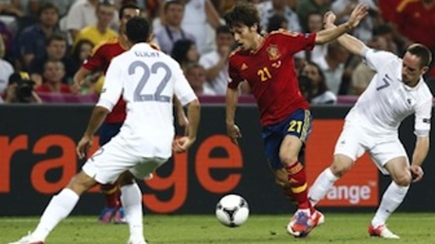 Silva con el balón desde atrás, salvando la entrada de Ribery y Clichy. (rfef.es)