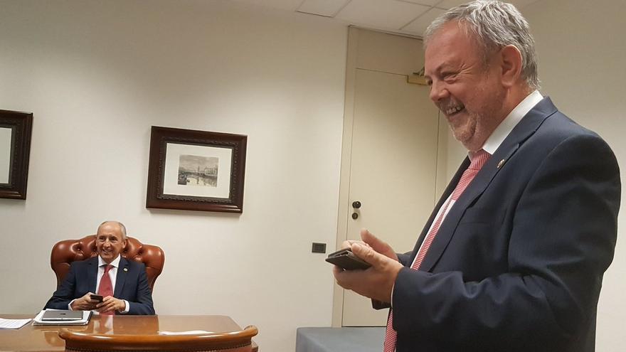 El consejero Azpiazu, con Erkoreka, antes de la rueda de prensa de presentación de los presupuestos