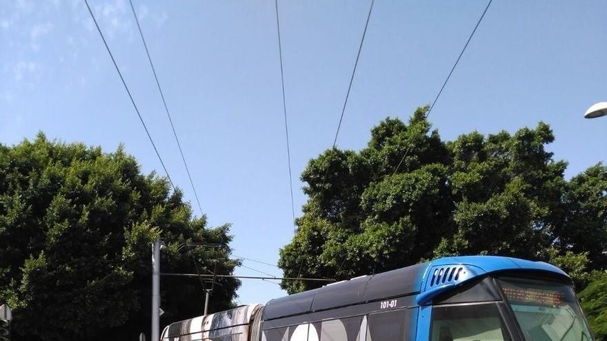 Tranvía descarrilado en la avenida Islas Canarias, este jueves, en la capital tinerfeña