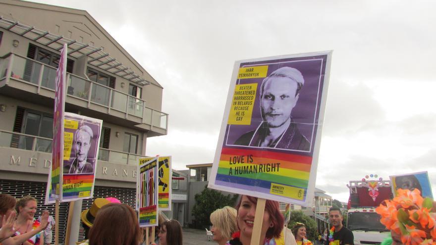 Manifestación del Orgullo en Nueva Zelanda en 2014 en la que los manifestantes llevan carteles de apoyo a Ihar Tsikhanyuk © Amnesty International