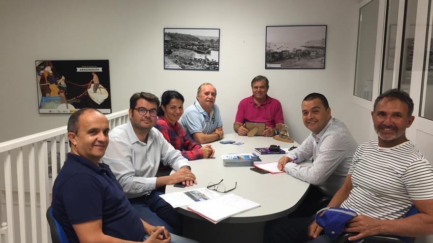 La portavoz de Nueva Canarias en Mogán, Isabel Santiago, el concejal Domingo Rodriguez acudieron a una reunión con la directiva de la cofradía de pescadores de Arguineguín, acompañados por el Diputado Regional de Nueva Canarias, Pedro Rodriguez, y por el Director General de Industria y Comercio del Cabildo de Gran Canaria, Juan Manuel Gabella.