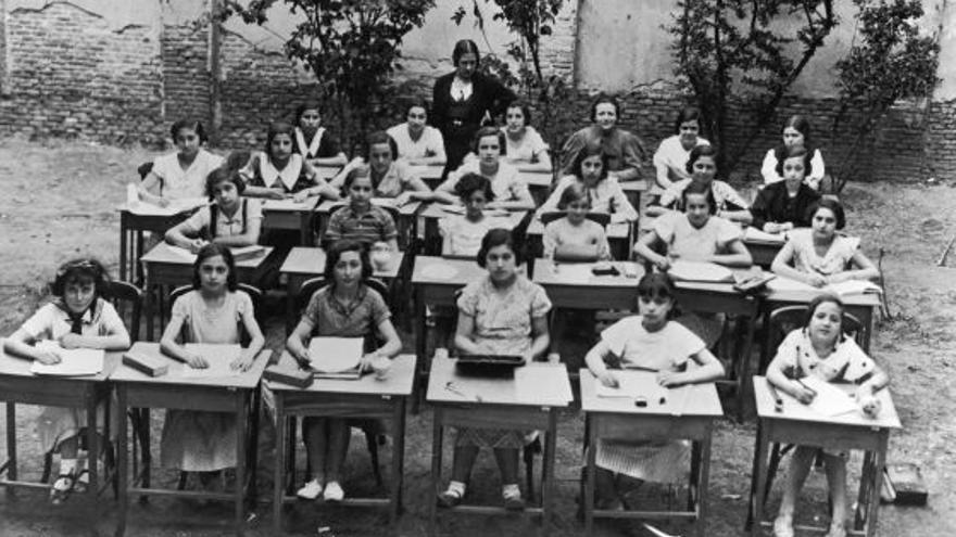 Institución Libre de Enseñanza > González de Linares participó en 1876 en la fundación de la Institución Libre de Enseñanza. Fue el primer secretario del centro, basado en los principios de la libertad de cátedra y la tolerancia respecto a los alumnos. En la fotografía, una clase al aire libre en el Instituto-Escuela de la institución, en 1933.