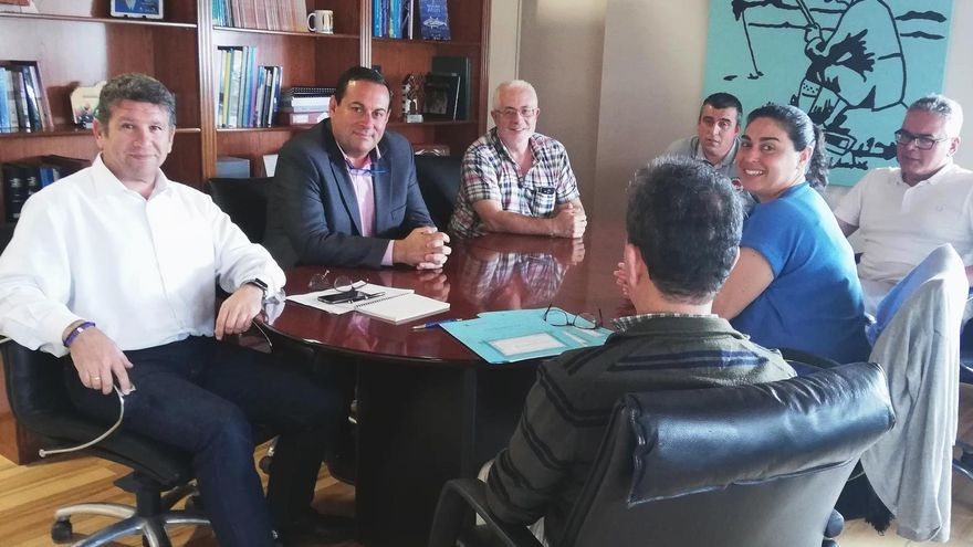 Reunión en la Dirección General de Pesca para coordinar con el Ayuntamiento y Cabildo el futuro mantenimiento de grúa en el muelle de Fuencaliente.