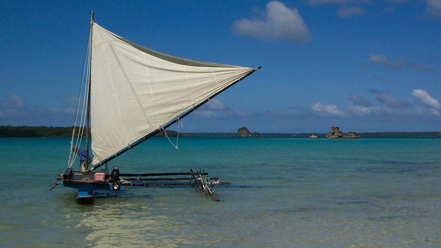 La canoa polinesia o 'waka ama' tiene una segunda vida gracias a los 'emojis' (Fuente: Wikipedia)