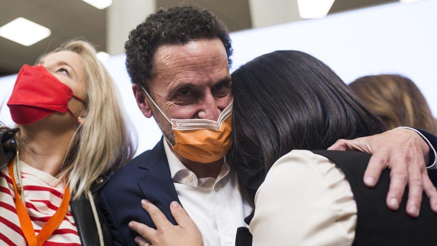 El candidato de Ciudadanos a la Presidencia de la Comunidad de Madrid, Edmundo Bal, abraza a una compañera durante una rueda de prensa tras las votaciones de la jornada electoral.