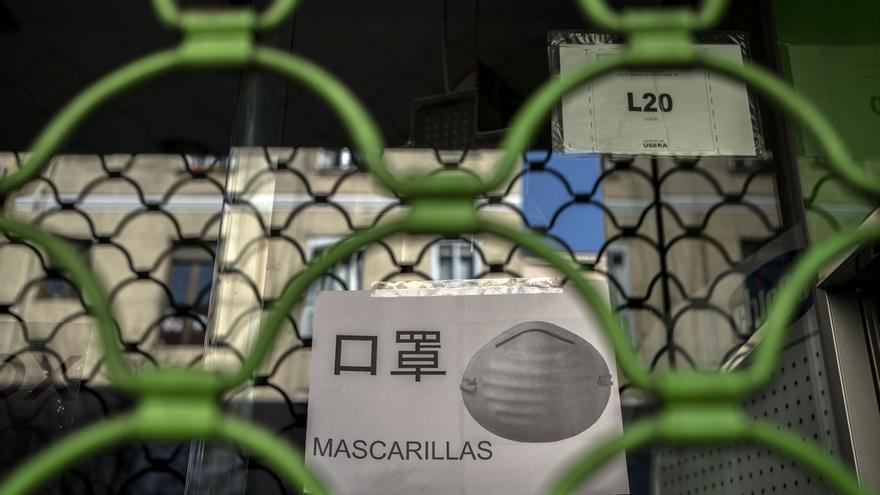 Las masacarillas se han agotado en las farmacias y también se venden en otras tiendas del barrio de Usera.
