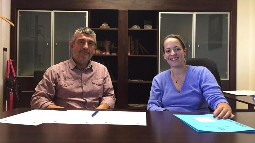 Javier Neris, director del Centro Asociado de La UNED en La Palma y Susana Machín, consejera de Educación del Cabildo.