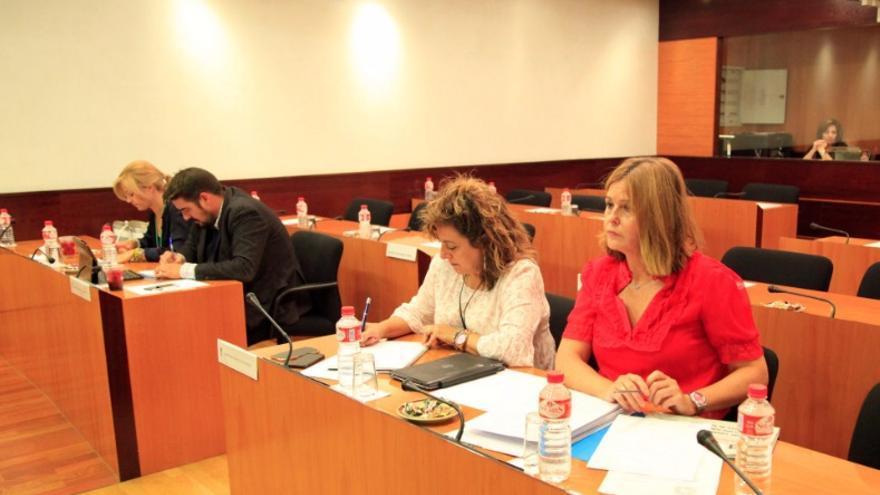 Cortes Valentín (de rojo), diputada del PP
