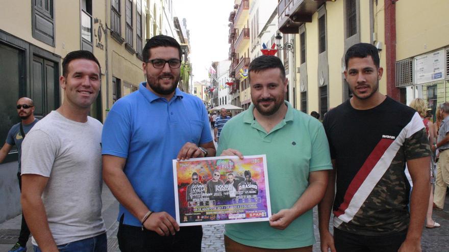 Raico Arrocha (segundo por la izquierda), concejal de Juventud de Santa Cruz de La Palma, con organizadores de la segunda edición del 'La Palma Holi Festival'.