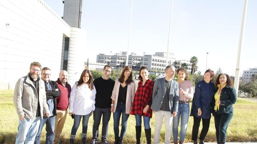 Las principales voces de À Punt se fotografían a la entrada del edificio de Burjassot