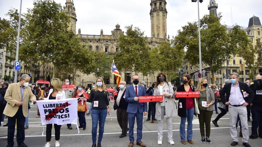 La portavoz de JxCat en el Congreso, Laura Borràs, el vicepresidente primero del Parlament, Josep Costa, y la líder de JxCat en el Ayuntamiento de Barcelona y diputada del Parlament, Elsa Artadi, participan en la protesta contra la visita del Rey