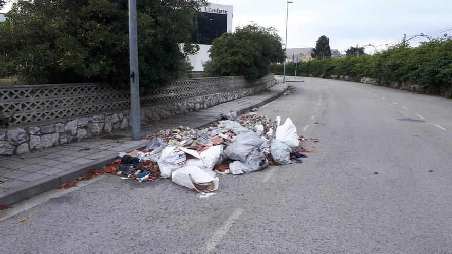 Vertedero incontrolado en la calle Peña Labra, en el polígono de Candina