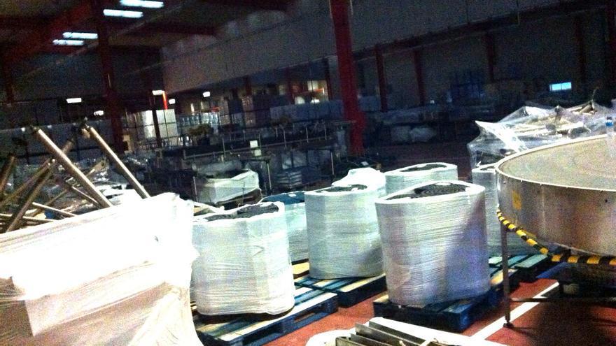 Foto tomada por los trabajadores del interior de la planta de Fuenlabrada en la que se ve maquinaria embalada.