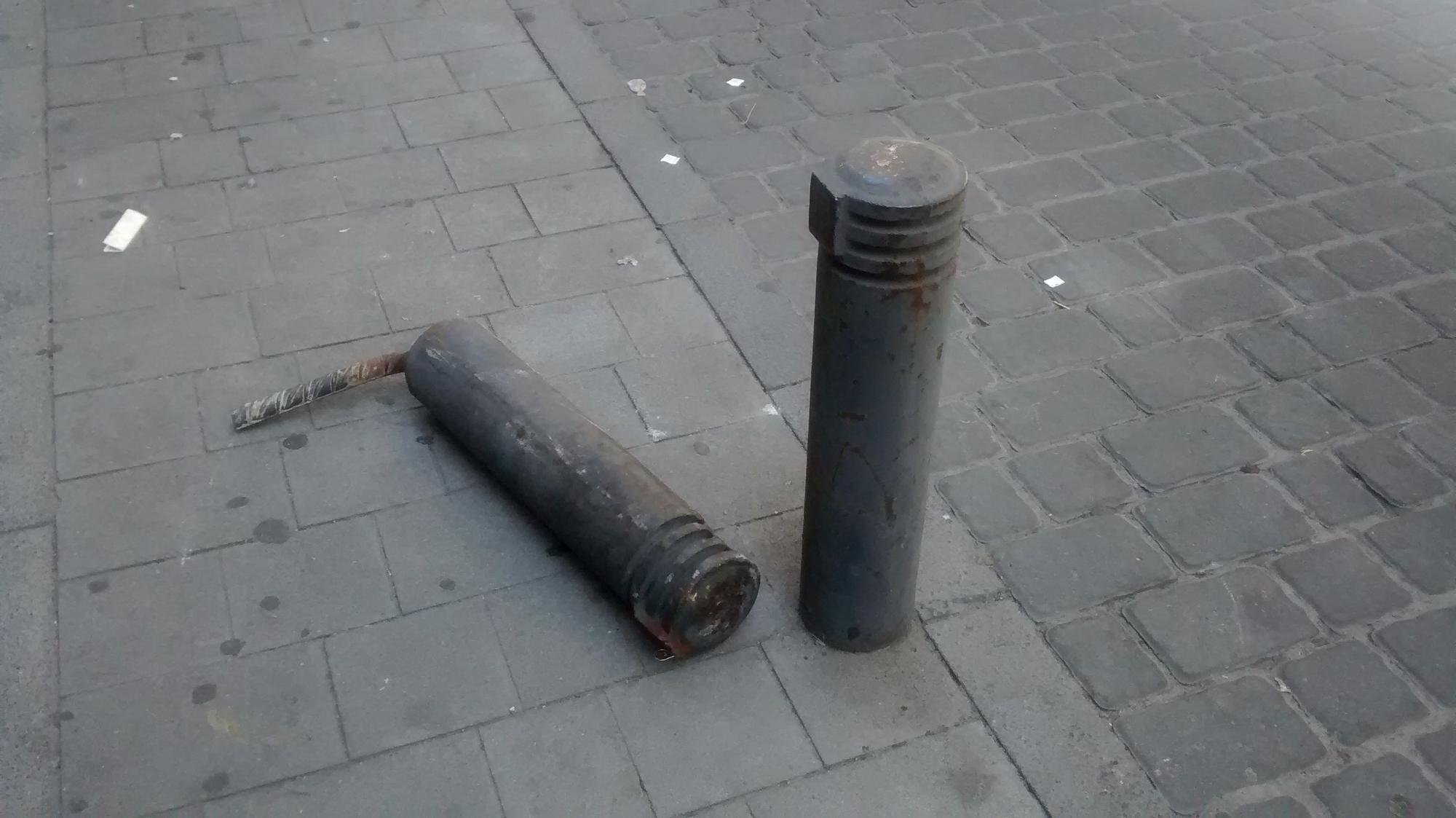 Un bolardo arrancado de cuajo en una calle de Malasaña | SOMOS MALASAÑA