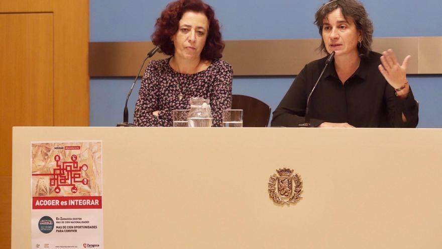 A la derecha, la consejera de Derechos Sociales del Ayuntamiento de Zaragoza, Luisa Broto