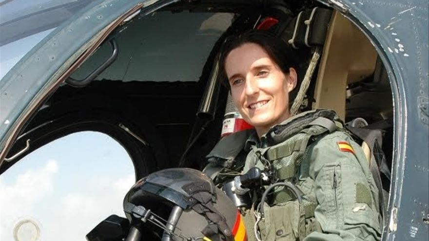 Patricia Campos en un avión de la Armada