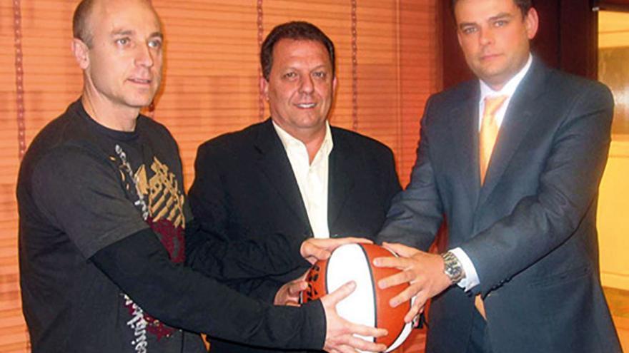 Domingo Díaz, en el centro, posa con sus ayudantes Fernando Merchante y Alberto Ortego al asumir el cargo de seleccionador español femenino.