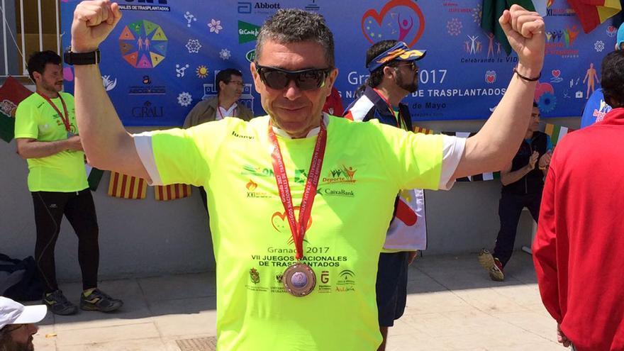 Paco Navarro, con la medalla de marcha.