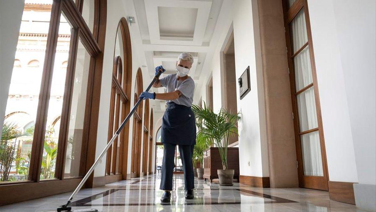 Imagen de archivo de una limpiadora de hotel de avanzada edad