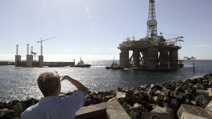 La plataforma GSF Arctic I pasa junto al parque marítimo César Manrique en dirección al puerto de Santa Cruz de Tenerife. El Gobierno de España ha autorizado recientemente las prospecciones petrolíferas en aguas de Canarias. EFE/Ramón de la Rocha