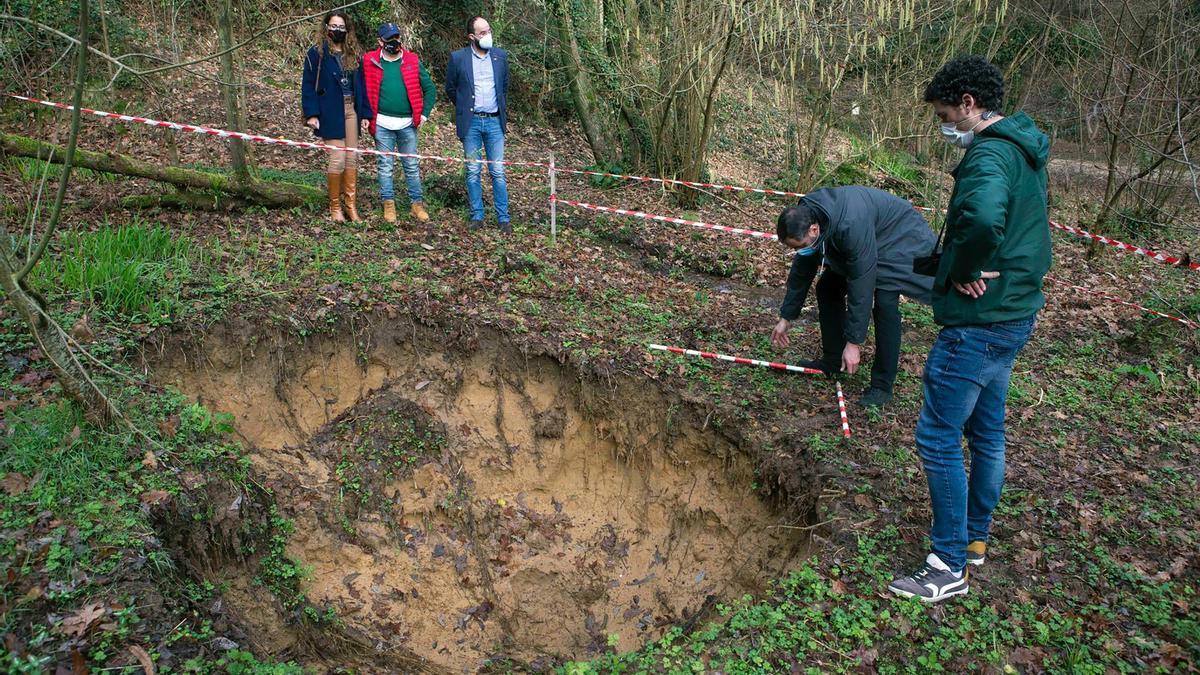 La directora general de Patrimonio Cultural visita el entorno de la Cueva de El Juyo en Camargo para valorar el hundimiento que se ha producido.