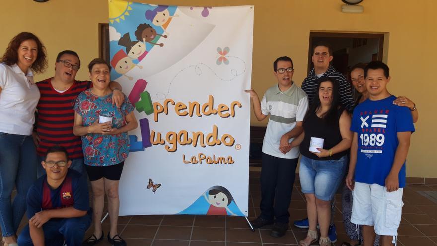 Verónica Candelaria entregó la hucha a los miembros de la asociación.
