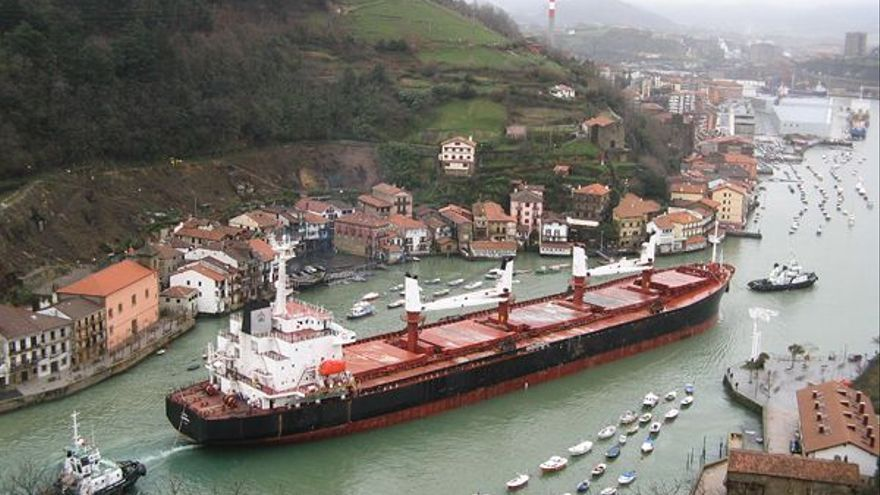 Un buque entra en el Puerto de Pasaia, al fondo.
