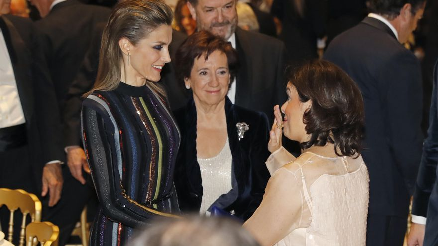 Spanish Queen Letizia (L) chats with Spanish deputy Prime Minister Soraya Saenz de Santamaria (R) next to journalist Victoria Prego (C) -awarded with the Luca de Tena Prize before the delivering act of the International Journalist Awards of ABC held in Madrid, Spain on 13 December 2016.