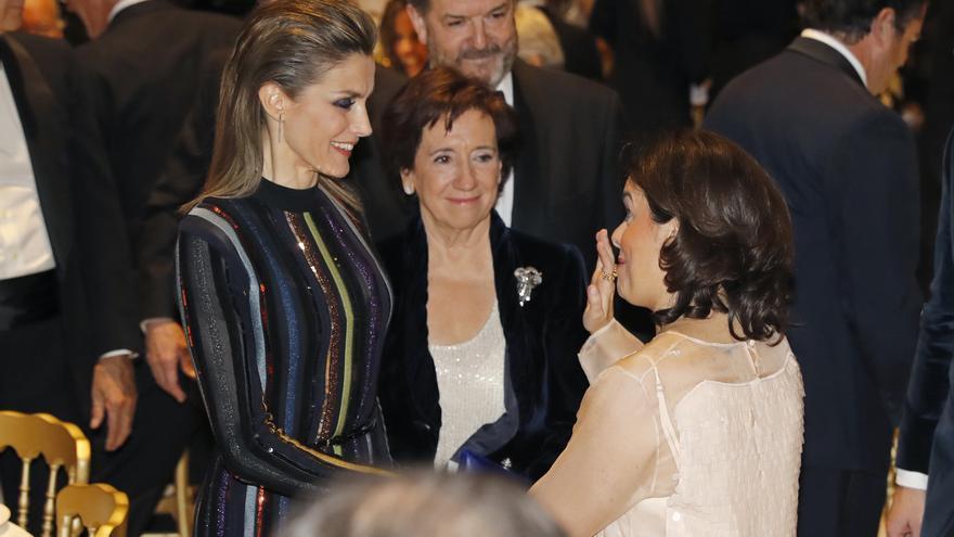 La reina Leticia, junto a la presidenta de la AMP, Victoria Prego, y la vicepresidenta del Gobierno, Soraya Sáenz de Santamaría.