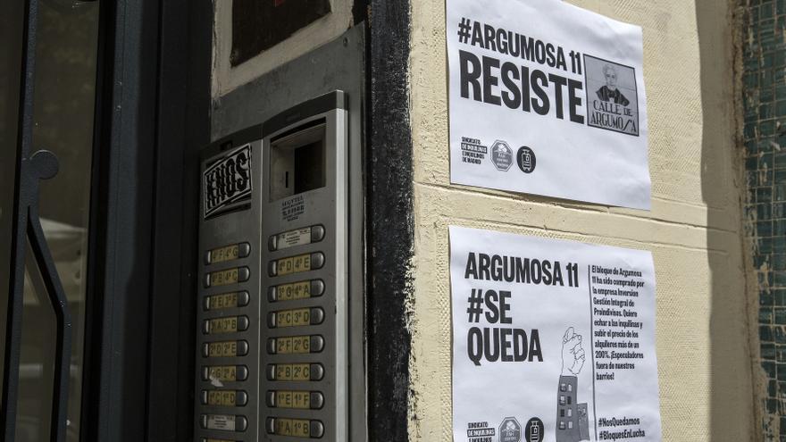 Carteles de protesta colocados por entidades vecinales por las cartas de desalojo que han recibido los vecinos de Argumosa, 11. / Olmo Calvo