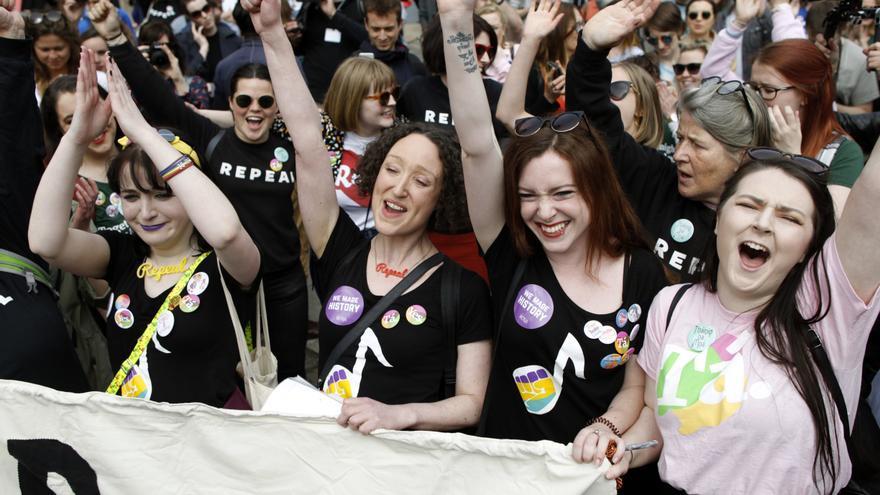 Mujeres celebrando la victoria sobre el aborto en Irlanda // Peter Morrison