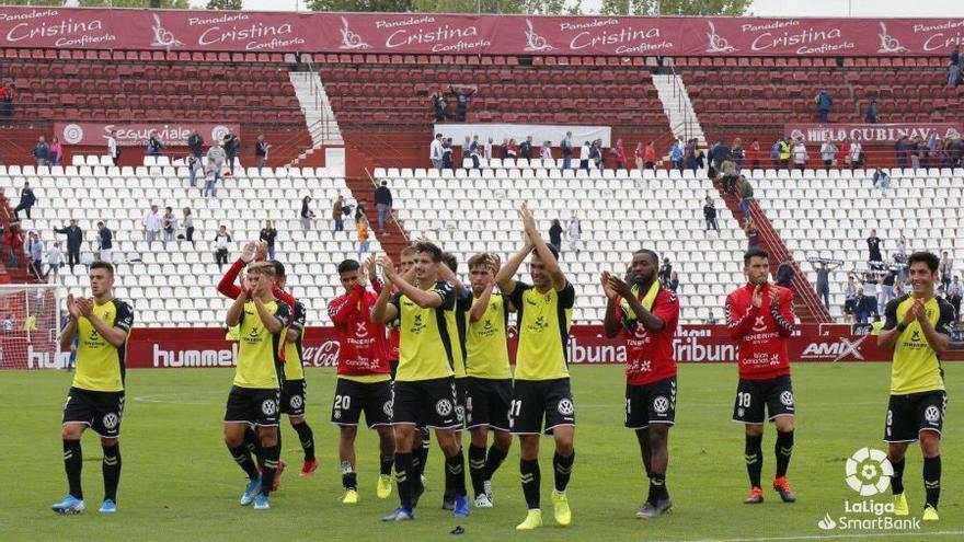 Los jugadores del CD Tenerife celebran el triunfo logrado en el Carlos Belmonte