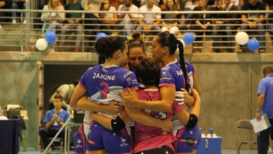 Las jugadoras del CV Haris celebrando la victoria frente al CV Aguere. (Twitter oficial CV Haris).