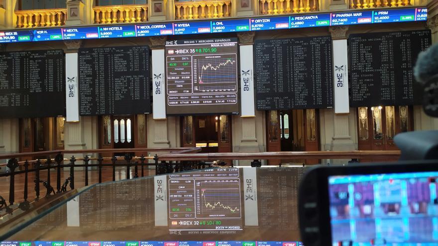 La Bolsa española abre con pérdidas del 0,14 % y se aleja de los 8.700 puntos