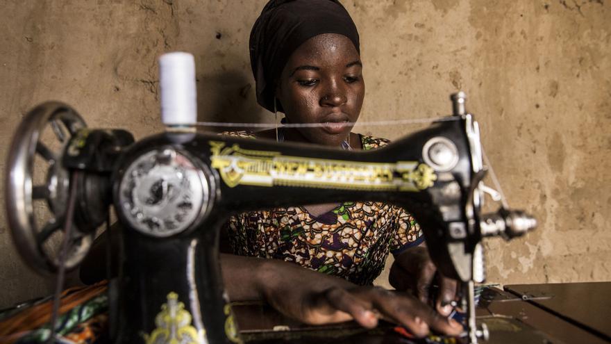 Ramatoulaye tiene claro que el matrimonio esperará hasta que termine de pagar su máquina de coser y pueda montar su propio taller.