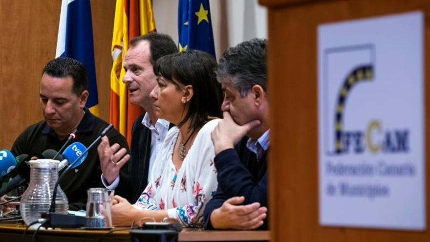 El comisionado insular de Gran Canaria en la Federación Canaria de Municipios (Fecam) y alcalde de Agüimes, Óscar Hernández (2i), y los regidores de Santa Lucía, Dunia González (2d); de Moya, Poli Suárez (i), y de Ingenio, Juan Díaz (d).