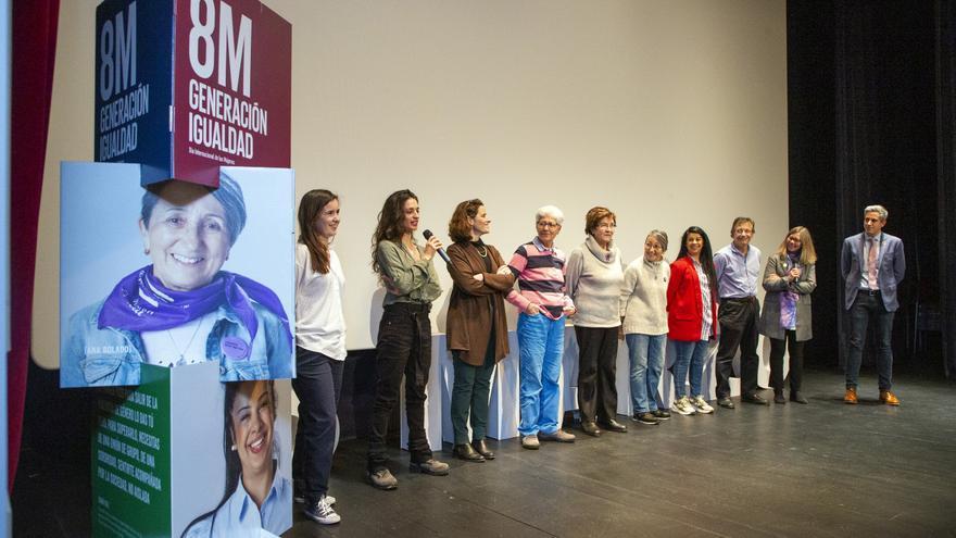 El vicepresidente junto a la directora de Igualad y los ocho protagonistas de la campaña Generación Igualdad del Gobierno de Cantabria. | NACHO ROMERO