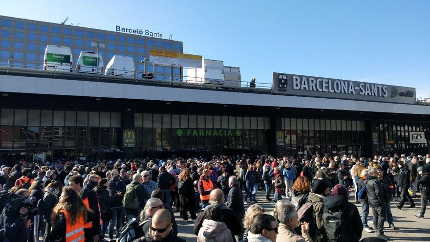 Imagen de la protesta a las puertas de la estación de Sants
