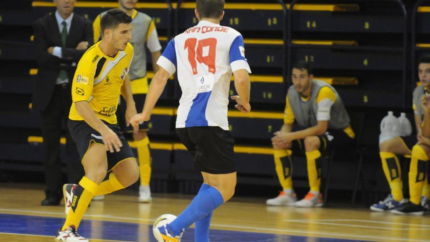 José Manuel Díaz 'Pepe', jugador madrileño del Gran Canaria Fútbol Sala, disputando el encuentro frente al Hércules. (colegiosarenasgrancanaria.com).