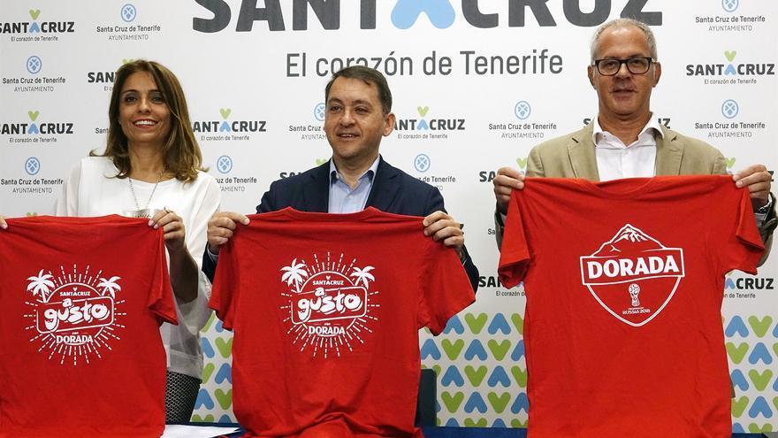 José Manuel Bermúdez, alcalde de Santa Cruz (centro), en la presentación de la actividad lúdica