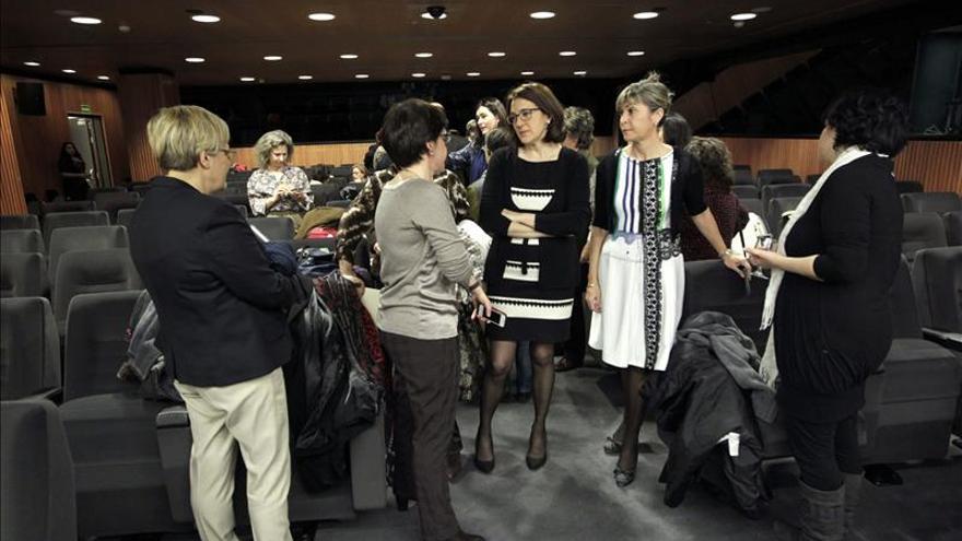 las organizaciones trasladan al Parlamento el pacto entre mujeres a favor de la actual ley del aborto. EFE
