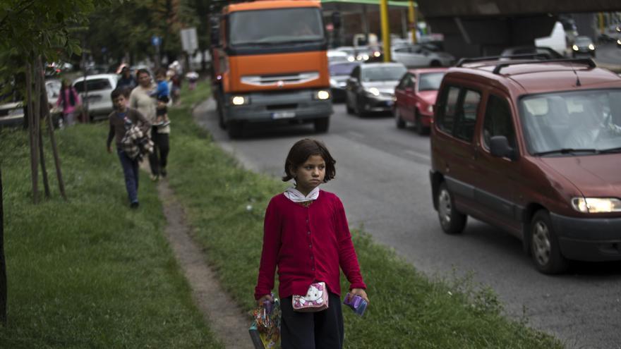 Una niña camina junto con otros refugiados en dirección a Austria desde Budapest. 5 de septiembre de 2015.  (AP Photo/Marko Drobnjakovic)