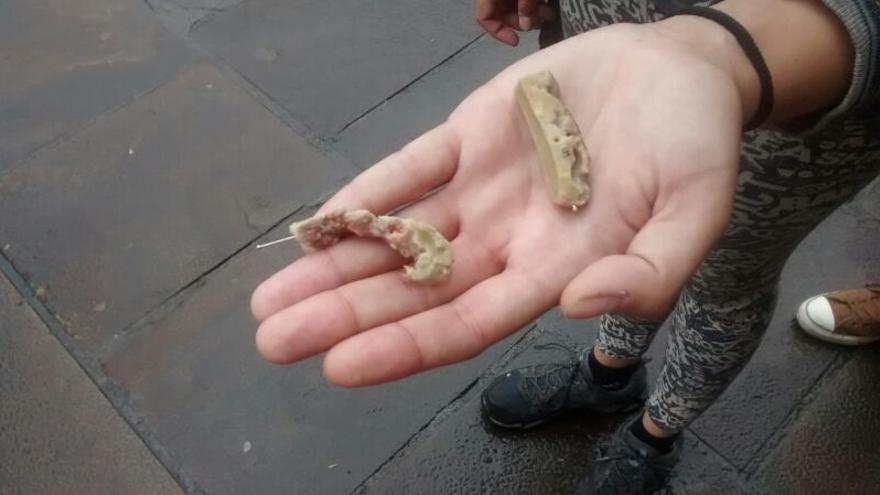 Salchichas con alfileres encontradas en un parque de Durango.