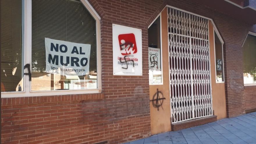 Pintadas en la fachada de IU-Verdes Regional (Murcia)