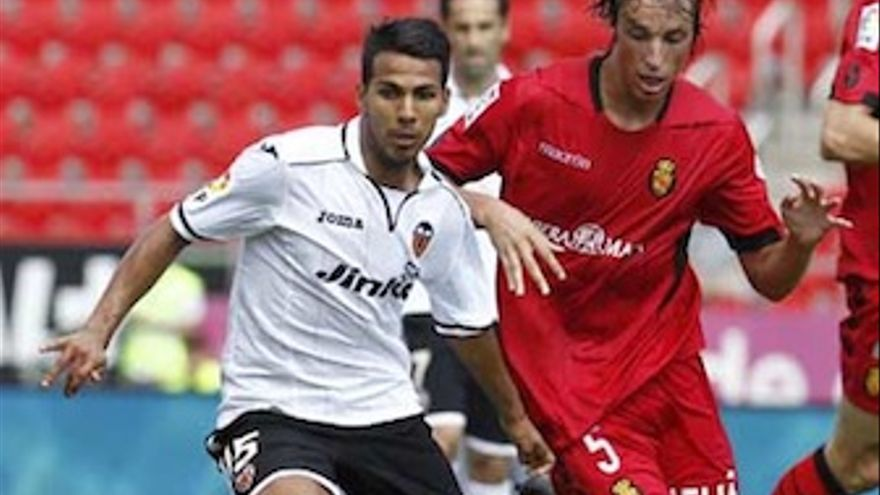 Viera saca su fútbola relucir en el Ono Estadi. (valenciacf.com)