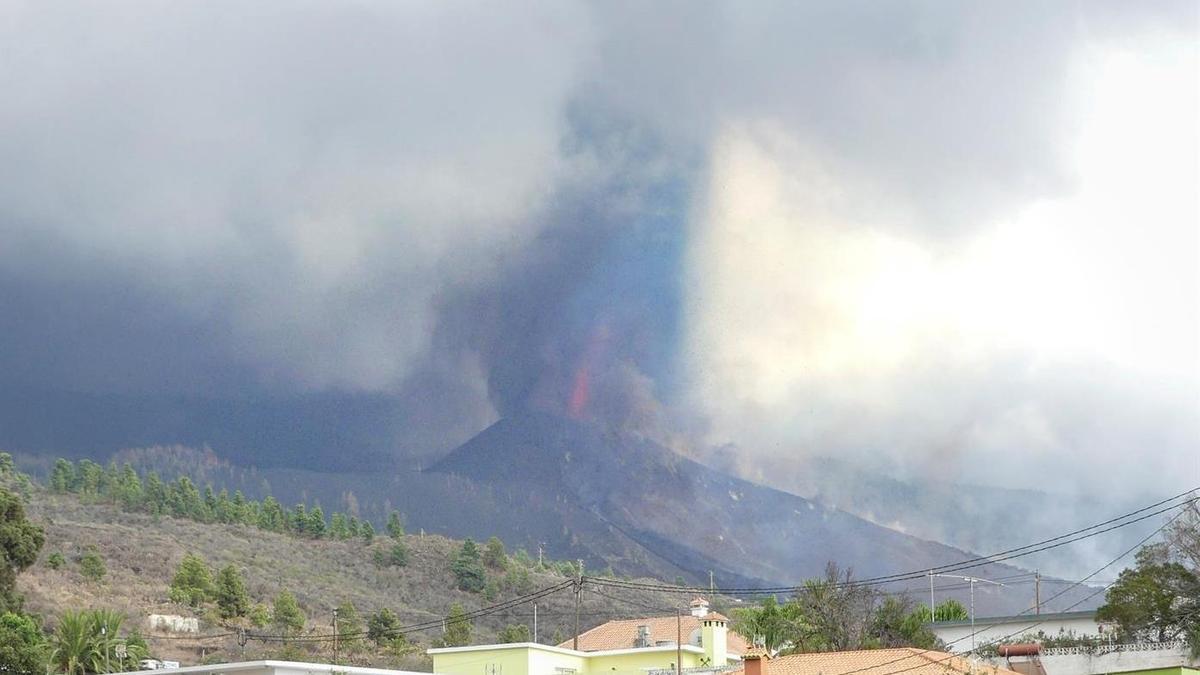 Nueva boca eruptiva en uno de los flancos del cono activo del volcán de La Palma.