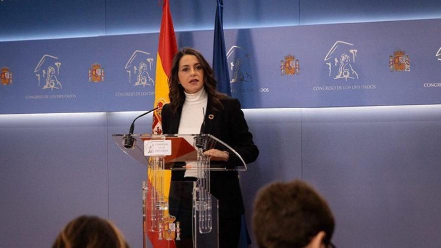 Arrimadas pide a Sánchez por carta una reunión de PSOE, PP y Ciudadanos para pactar y desbloquear el Gobierno