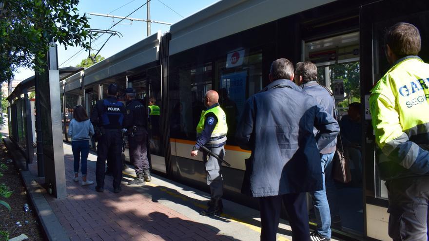 Interventores, agentes de seguridad y Policía controlan que todos los viajeros lleven billete.